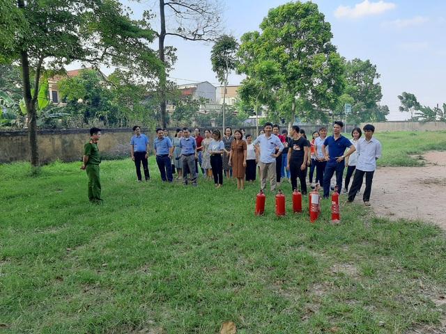 Huấn luyện về PCCC và CNCH tại trường THPT Yên Lãng - Ảnh 2.