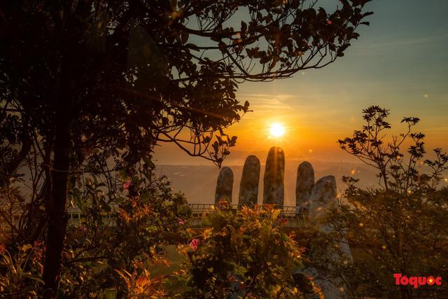 Ngắm Cầu Vàng đẹp lạ trong nắng sớm - Ảnh 3.