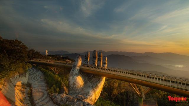 Ngắm Cầu Vàng đẹp lạ trong nắng sớm - Ảnh 5.