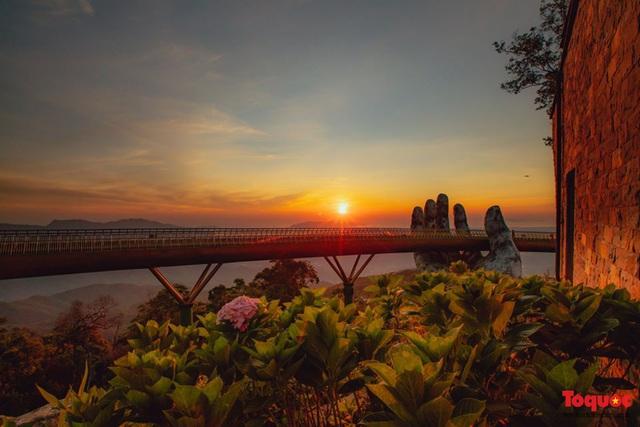 Ngắm Cầu Vàng đẹp lạ trong nắng sớm - Ảnh 4.