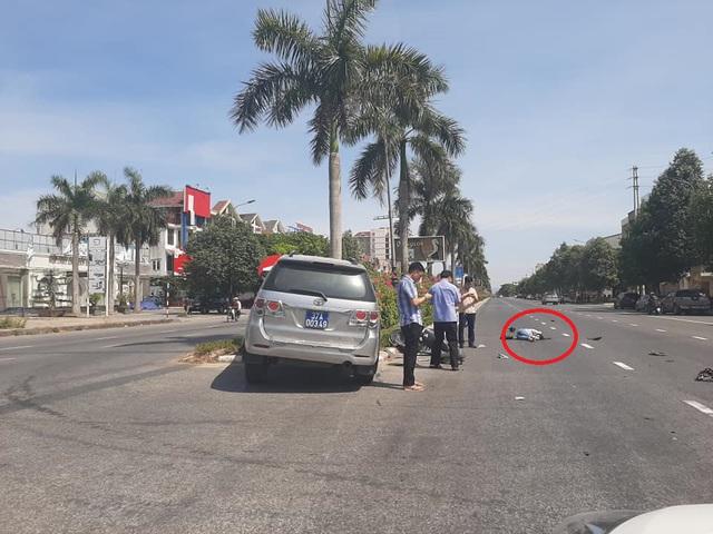 """Xe Tỉnh ủy Nghệ An """"hất văng""""người phụ nữ đi xe đạp điện - Ảnh 1."""