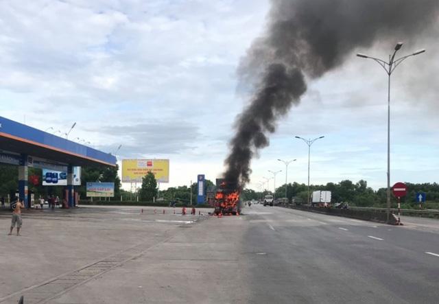 Huế: Xe đầu kéo bốc cháy dữ dội bên cây xăng - Ảnh 1.