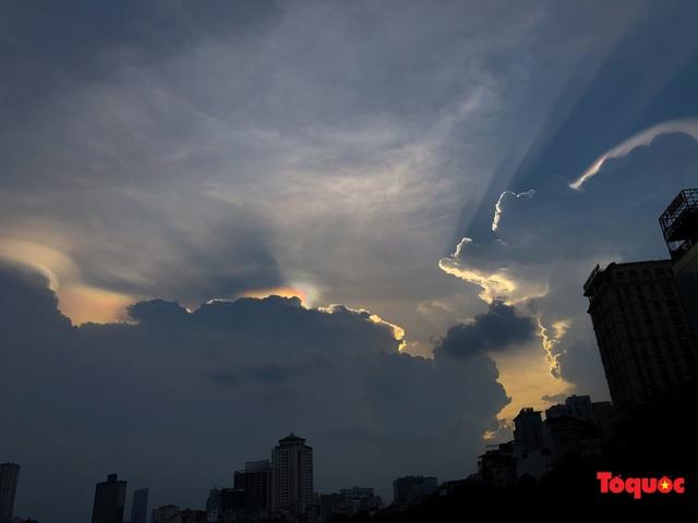 Quầng mây tán sắc kỳ bí xuất hiện trên bầu trời Hà Nội - Ảnh 11.