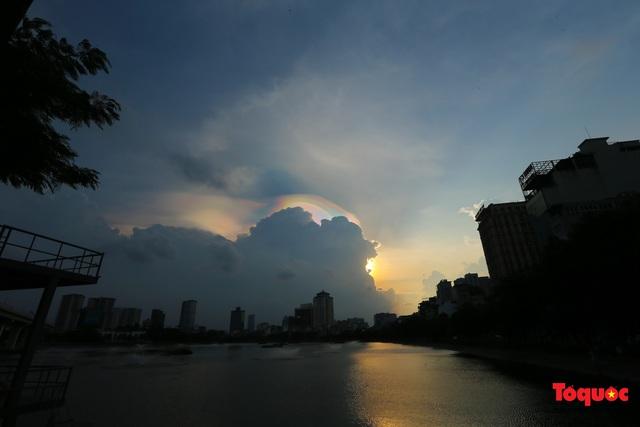 Quầng mây tán sắc kỳ bí xuất hiện trên bầu trời Hà Nội - Ảnh 1.