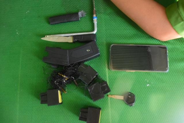 Trộm xe bị phát hiện, nam thanh niên dùng súng điện chống trả - Ảnh 2.