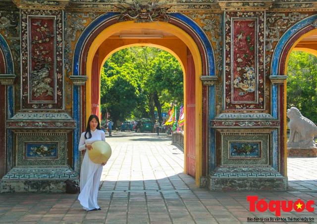 Hàng trăm tà áo dài diễu hành trên phố tri ân chúa Nguyễn Phúc Khoát - Ảnh 15.