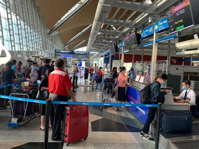 Đưa gần 240 công dân Việt từ Malaysia về nước - Ảnh 1.