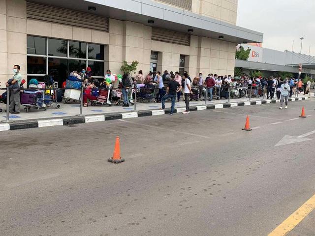 Đưa hơn 340 công dân Việt từ Angola về nước  - Ảnh 1.