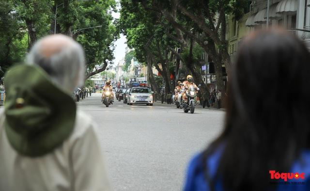 Người dân thủ đô xếp hàng bên đường tiễn đưa nguyên Tổng bí thư Lê Khả Phiêu về cõi vĩnh hằng - Ảnh 4.