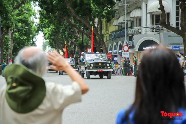 Người dân thủ đô xếp hàng bên đường tiễn đưa nguyên Tổng bí thư Lê Khả Phiêu về cõi vĩnh hằng - Ảnh 5.
