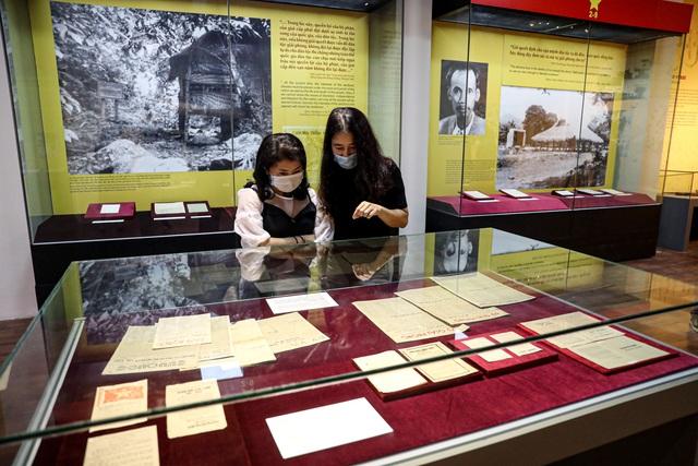 """Khai mạc chuyên đề """"Ngày Độc lập 2 - 9"""": Trưng bày những hiện vật gắn với lịch sử dân tộc - Ảnh 12."""