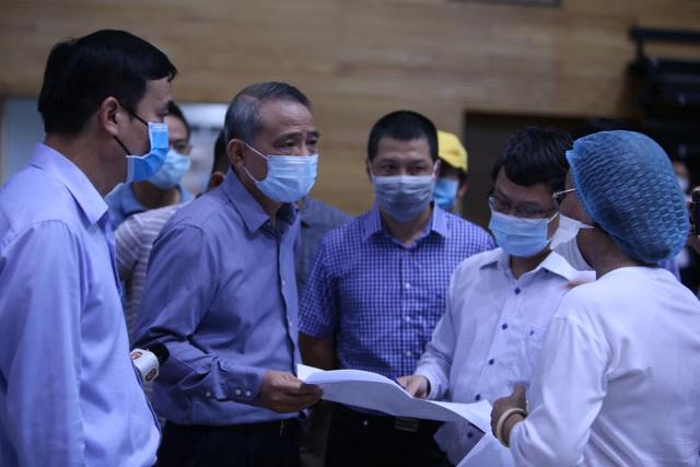 Hàng trăm người hối hả thi công bệnh viện dã chiến  - Ảnh 10.