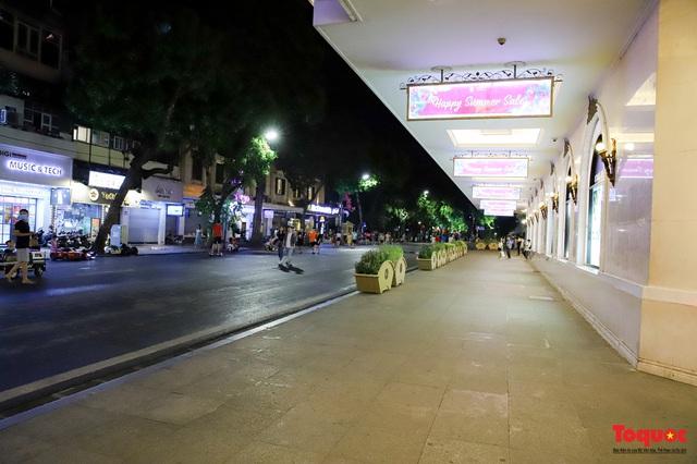 Hàng quán ế khách, phố đi bộ Hà Nội vắng người ngày cuối tuần - Ảnh 2.