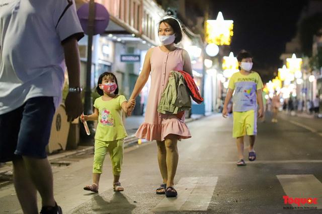 Hàng quán ế khách, phố đi bộ Hà Nội vắng người ngày cuối tuần - Ảnh 3.