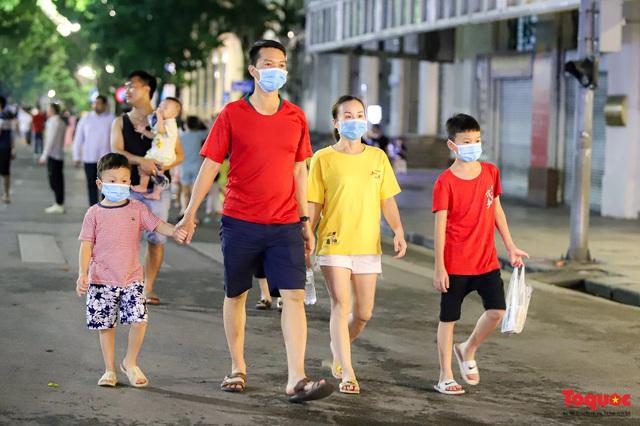 Hàng quán ế khách, phố đi bộ Hà Nội vắng người ngày cuối tuần - Ảnh 4.