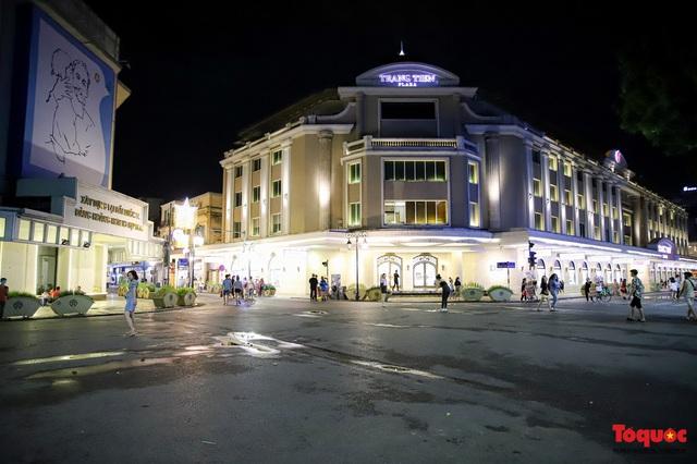 Hàng quán ế khách, phố đi bộ Hà Nội vắng người ngày cuối tuần - Ảnh 1.