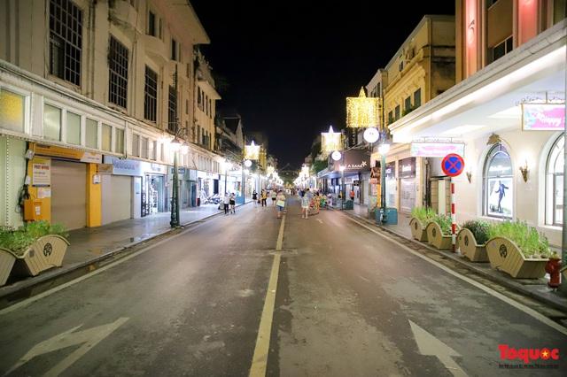 Hàng quán ế khách, phố đi bộ Hà Nội vắng người ngày cuối tuần - Ảnh 7.