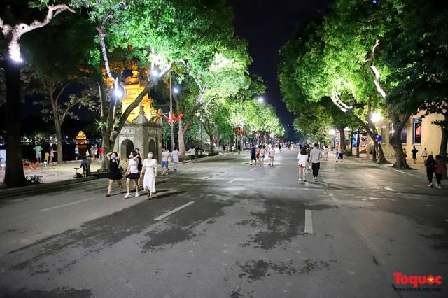 Hàng quán ế khách, phố đi bộ Hà Nội vắng người ngày cuối tuần - Ảnh 6.