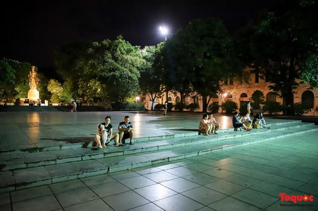 Hàng quán ế khách, phố đi bộ Hà Nội vắng người ngày cuối tuần - Ảnh 5.