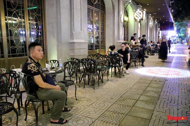 Hàng quán ế khách, phố đi bộ Hà Nội vắng người ngày cuối tuần - Ảnh 8.