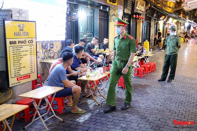 Hàng quán ế khách, phố đi bộ Hà Nội vắng người ngày cuối tuần - Ảnh 16.