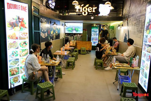 Hàng quán ế khách, phố đi bộ Hà Nội vắng người ngày cuối tuần - Ảnh 11.