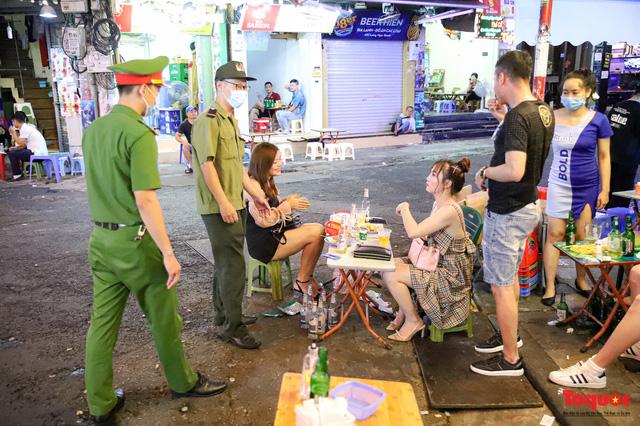 Hàng quán ế khách, phố đi bộ Hà Nội vắng người ngày cuối tuần - Ảnh 14.