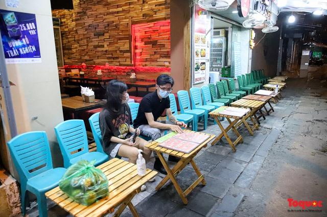Hàng quán ế khách, phố đi bộ Hà Nội vắng người ngày cuối tuần - Ảnh 10.