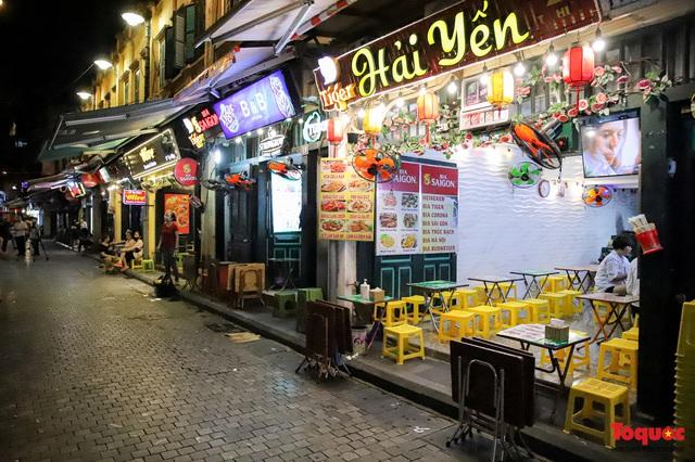 Hàng quán ế khách, phố đi bộ Hà Nội vắng người ngày cuối tuần - Ảnh 17.