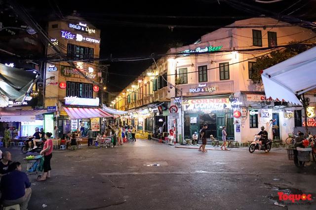 Hàng quán ế khách, phố đi bộ Hà Nội vắng người ngày cuối tuần - Ảnh 9.