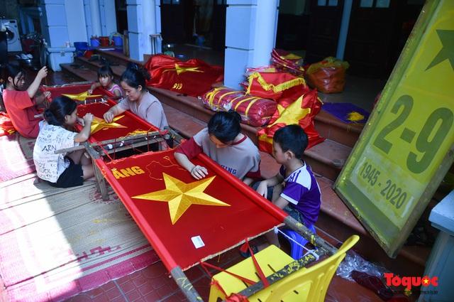 Khám phá ngôi làng gần một trăm năm may cờ Tổ quốc - Ảnh 5.