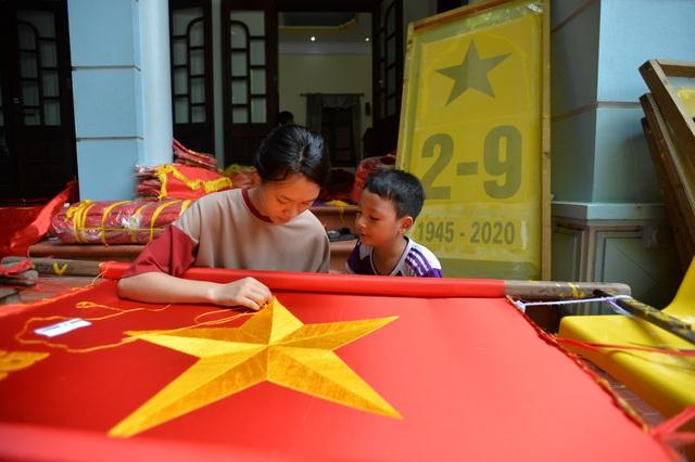 Khám phá ngôi làng gần một trăm năm may cờ Tổ quốc - Ảnh 9.