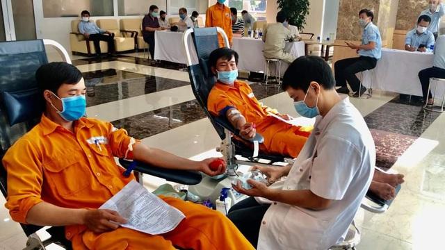 Hàng trăm nhân viên điện lực tham gia hiến máu cứu người giữa dịch Covid-19 - Ảnh 1.