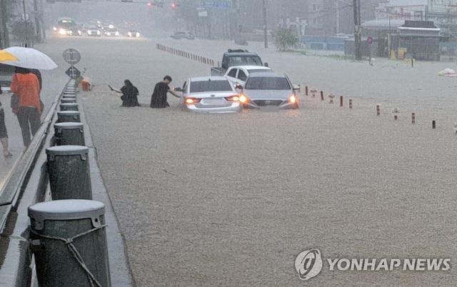 Lũ lụt kéo theo thiệt hại lớn tại Hàn Quốc - Ảnh 2.