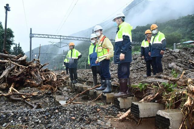 Lũ lụt kéo theo thiệt hại lớn tại Hàn Quốc - Ảnh 3.
