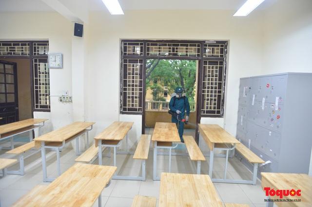 Phun khử khuẩn các điểm thi, Hà Nội chuẩn bị sẵn sàng cho kỳ thi tốt nghiệp THPT 2020 - Ảnh 13.