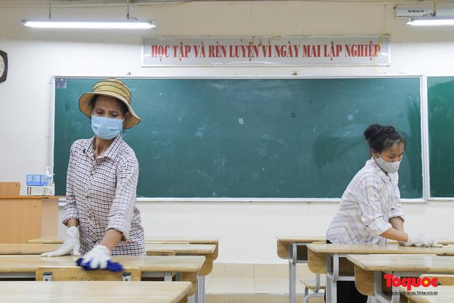 Phun khử khuẩn các điểm thi, Hà Nội chuẩn bị sẵn sàng cho kỳ thi tốt nghiệp THPT 2020 - Ảnh 4.