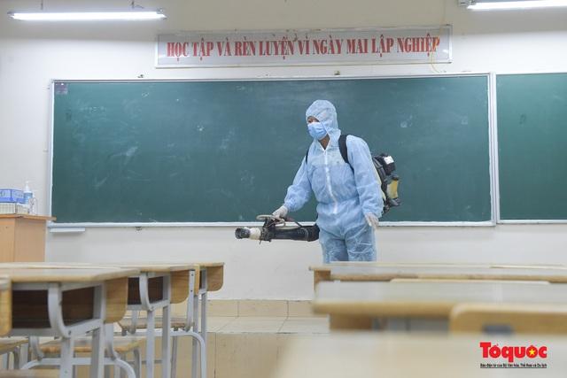 Phun khử khuẩn các điểm thi, Hà Nội chuẩn bị sẵn sàng cho kỳ thi tốt nghiệp THPT 2020 - Ảnh 3.