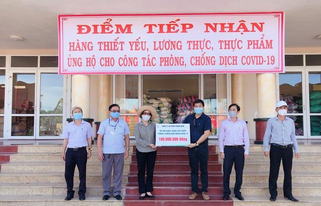 Đại diện Trungnam Land trao số tiền hỗ trợ phòng chống dịch bệnh Covid 19 cho quận Liên Chiểu.