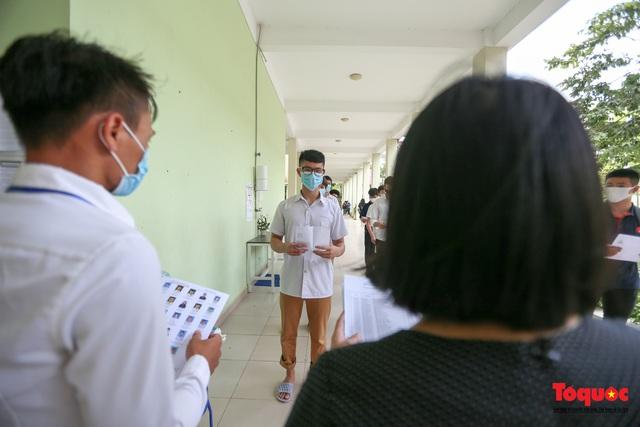 Kiểm tra y tế nghiêm ngặt cho thí sinh vào làm thủ tục thi THPT 2020 - Ảnh 10.