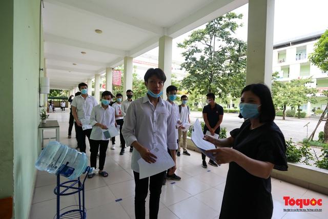 Kiểm tra y tế nghiêm ngặt cho thí sinh vào làm thủ tục thi THPT 2020 - Ảnh 11.