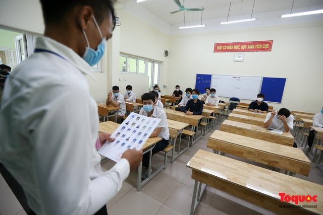 Kiểm tra y tế nghiêm ngặt cho thí sinh vào làm thủ tục thi THPT 2020 - Ảnh 13.