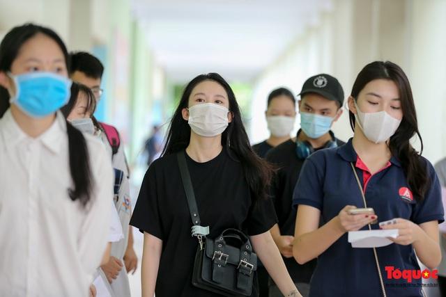 Kiểm tra y tế nghiêm ngặt cho thí sinh vào làm thủ tục thi THPT 2020 - Ảnh 8.