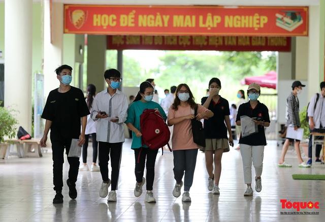 Kiểm tra y tế nghiêm ngặt cho thí sinh vào làm thủ tục thi THPT 2020 - Ảnh 17.