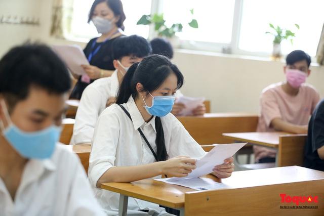 Kiểm tra y tế nghiêm ngặt cho thí sinh vào làm thủ tục thi THPT 2020 - Ảnh 16.