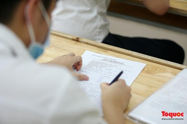 Kiểm tra y tế nghiêm ngặt cho thí sinh vào làm thủ tục thi THPT 2020 - Ảnh 14.