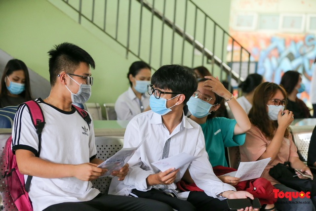 Kiểm tra y tế nghiêm ngặt cho thí sinh vào làm thủ tục thi THPT 2020 - Ảnh 5.