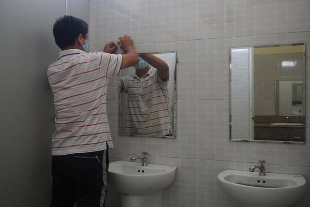 Thầy cô ở Đà Nẵng dọn dẹp trường lớp, chuẩn bị đón học sinh trở lại trường - Ảnh 9.