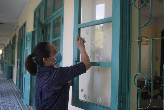 Thầy cô ở Đà Nẵng dọn dẹp trường lớp, chuẩn bị đón học sinh trở lại trường - Ảnh 10.