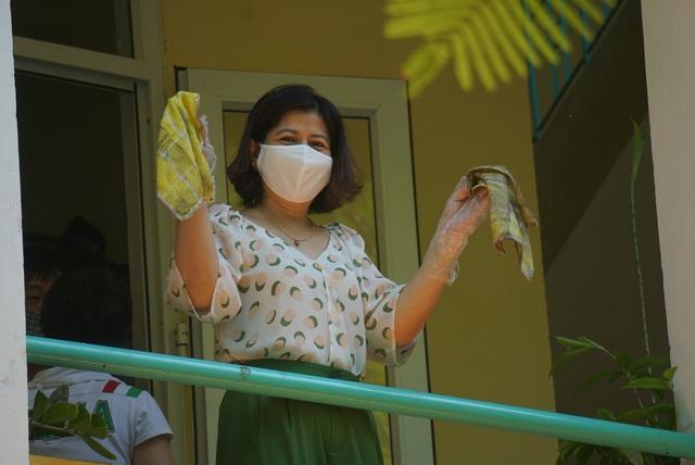 Thầy cô ở Đà Nẵng dọn dẹp trường lớp, chuẩn bị đón học sinh trở lại trường - Ảnh 11.